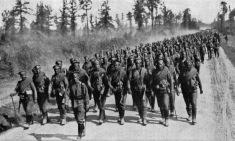 Soldados rusos marchando al frente.