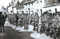 Soldados británicos marchando en agosto.