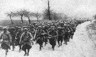 Tropas francesas marchando al frente.