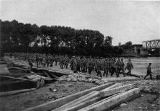 Soldados rusos cruzando el Vístula
