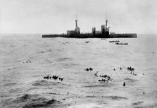 800px-HMS_Infexible_Falklandy Gneisenau