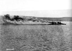 El acorazado francés Bouvet minutos antes de hundirse el 18 de marzo.