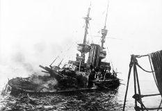 El HMS Irresistible abandonado el 18 de marzo.