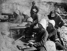 I. Weltkrieg 1914 - 1918 Orientalischer Kriegsschauplatz: Während der Kämpfe um die Dardanellen. Türkische Maschinengewehrstellung mit deutschen Offizieren. Die Türkei war im I. Weltkrieg Verbündeter der Mittelmächte (Deutschland und Österreich-Ungarn).