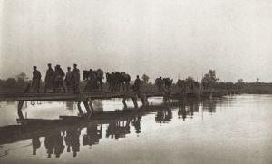 Soldados de la Legión polaca atravesando el Bug.
