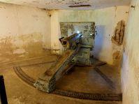 800px-fort_de_vaux_kazemat_cannon_pic2